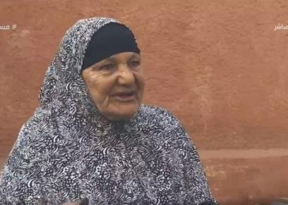 سيدة عبد الله.. مُسنة تعمل ماسحة أحذية