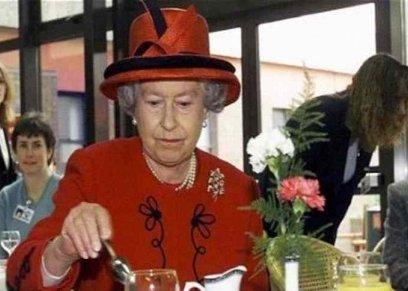 الملكة إليزابيث الثانية أثناء تناول الطعام