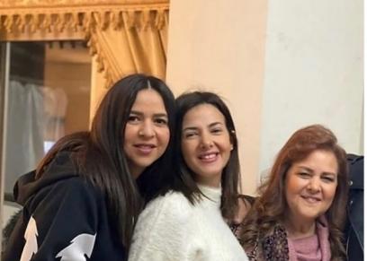 دنيا وإيمي سمير غانم مع والدتهما الراحلة دلال عبد العزيز