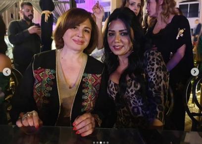 بفستان مكشوف.. رانيا يوسف على السحور بصحبة إلهام شاهين
