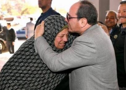 الرئيس عبدالفتاح السيسي يقبل رأس الحاجة زينب