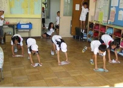 تنظيف الطلاب المدرسة أثناء اليوم الدراسي