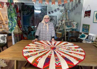 الدكتور هناء عبد الرحمن مع أحد منتجاتها