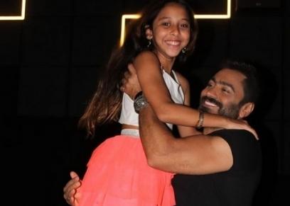 تامر حسني والطفلة سارة رمضان