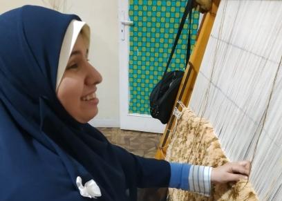 أسماء حنفي خلال عملها في صناعة السجاد