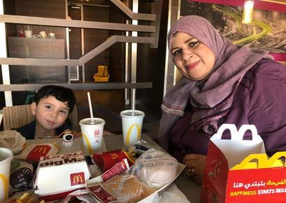 حماة نورهان بصحبة حفيدها