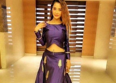 ممثة هندية مسلمة تثير الجدل بملابسها العارية.. ومتابعيها: