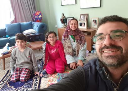 أب مصري يقيم شعائر الجمعة بالمنزل