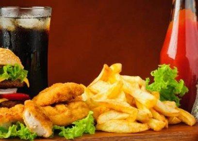 الأكلات السريعة والمطبوخة في الميكروويف تزيد الحساسية لدى الأطفال