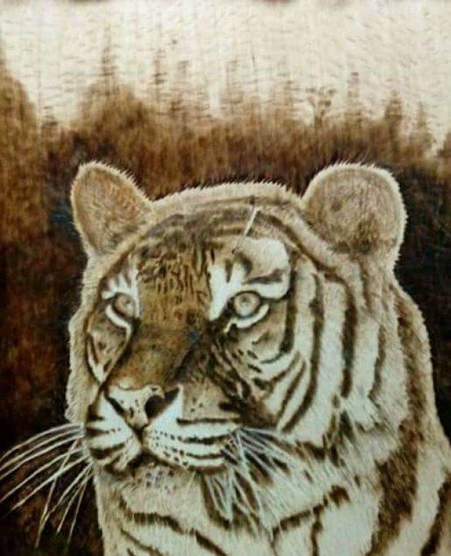 الرسم علي الخشب ينقل روح الفنان