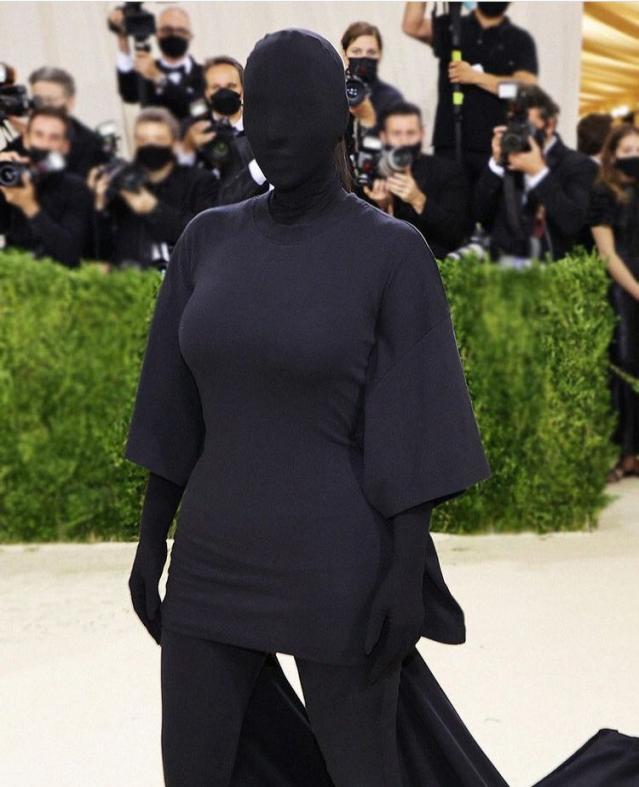 كيم كاردشيان «مضلمة» خلال حضورها فاعليات Met Gala 2021
