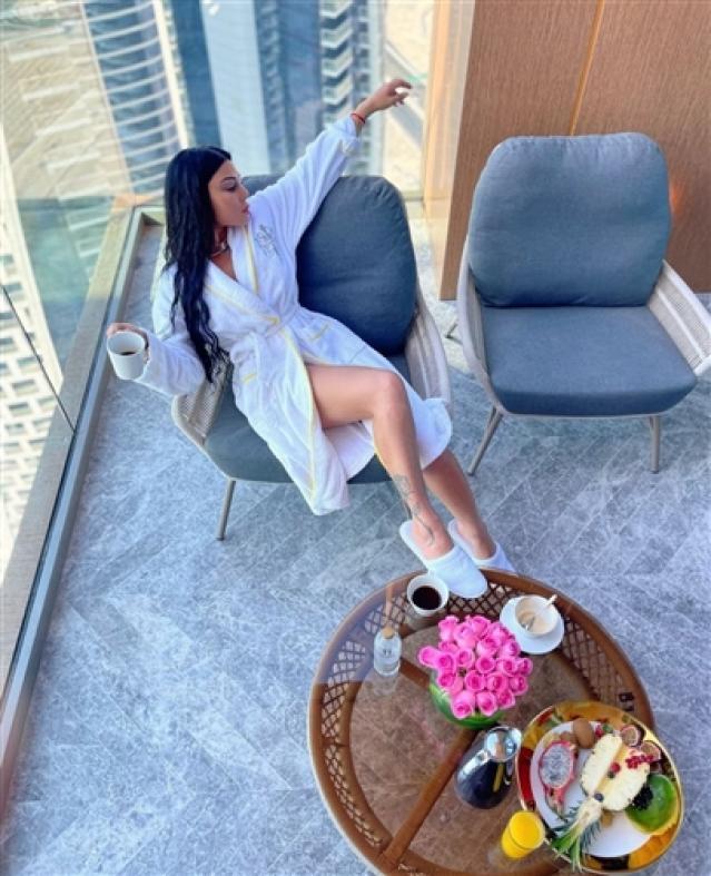 تستعرض الصور التالية أحدث ظهور للفنانة هيفاء وهبي في دبي بالروب.