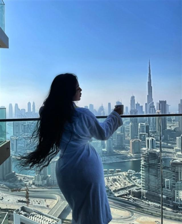 هيفاء وهبي في أحدث جلسة تصوير بـ روب الحمام في دبي