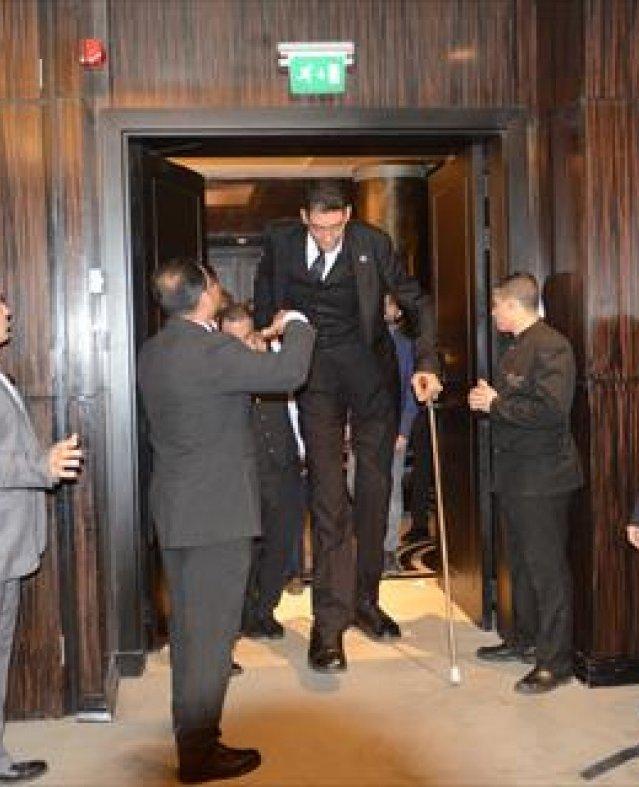 أطول رجل وأقصر امرأة في العالم