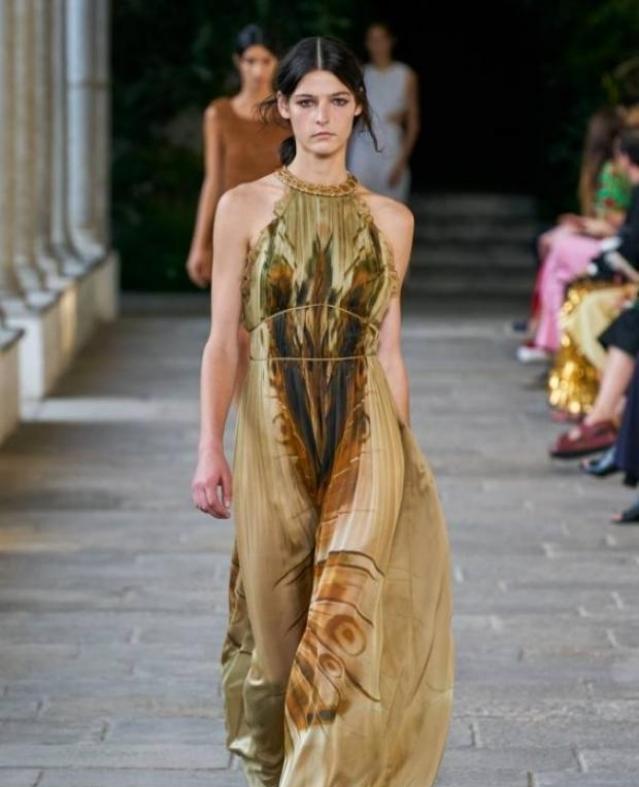 مجموعة ألبيرتا فيريتي في أسبوع ميلانو للموضة: أزياء كلاسيكية وألوان متعددة