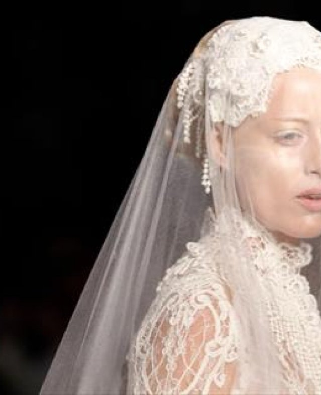 بالصور| بين الجرأة والاحتشام.. جوليان فورني يعرض مجموعته الجديدة في أسبوع الموضة بباريس