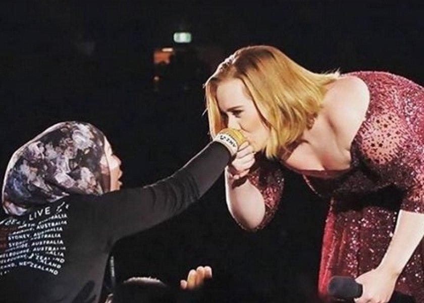 أديل أثناء تقبيلها ليد سميرة