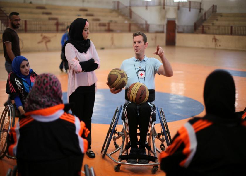 نساء يتحدين الإعاقة بكرة السلة