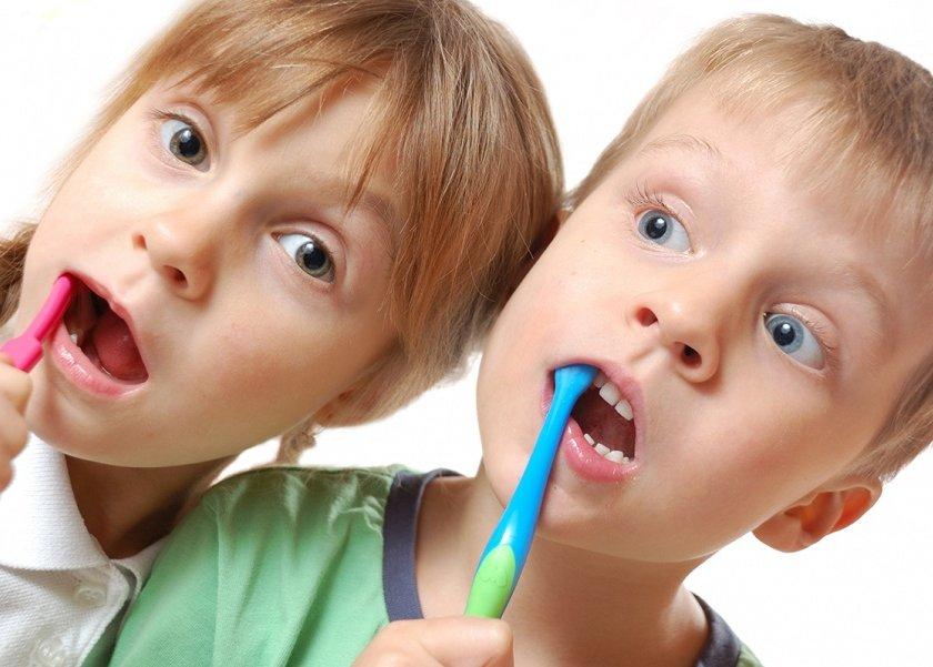 طبيب أسنان 90% من الاطفال حول العالم يعانون من تسوس الاسنان