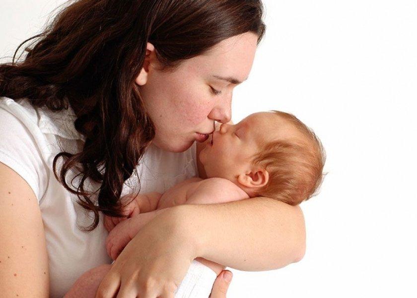 خطورة تقبيل الأطفال في فمهم
