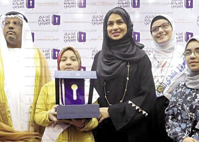 شيماء تتسلم الجائزة