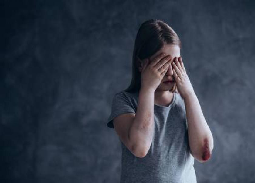 طفلة تقتل رضيع لبكائة بهستريا