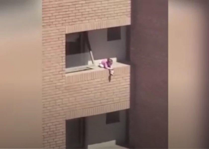 بالفيديو| على حافة الموت.. فتاة تلهو على الشرفة