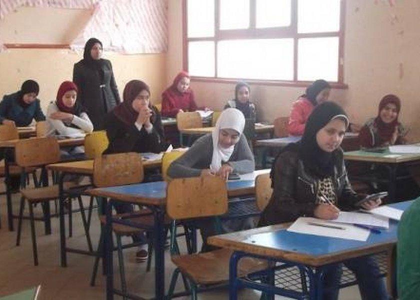 الأمهات يتجمعن أمام ابوابات المدارس لمساندة ابنائهم عقب امتحان الاحصاء