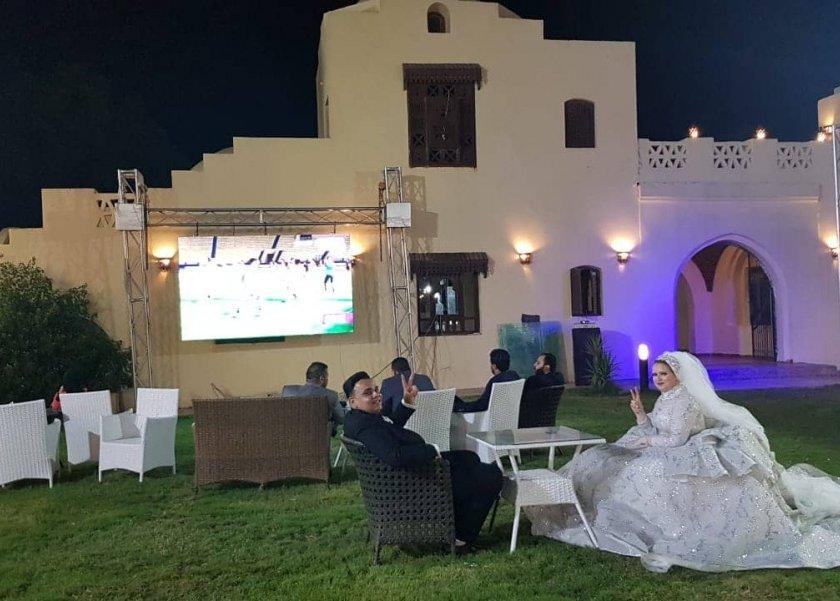 عروسان بالفيوم يؤجلان حفل زفافهما بعد مباراة مصر