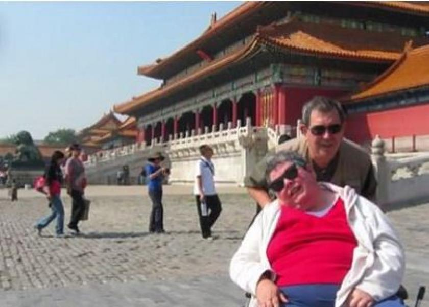 زوج ينطلق بزوجته المعاقة في رحلة حول العالم