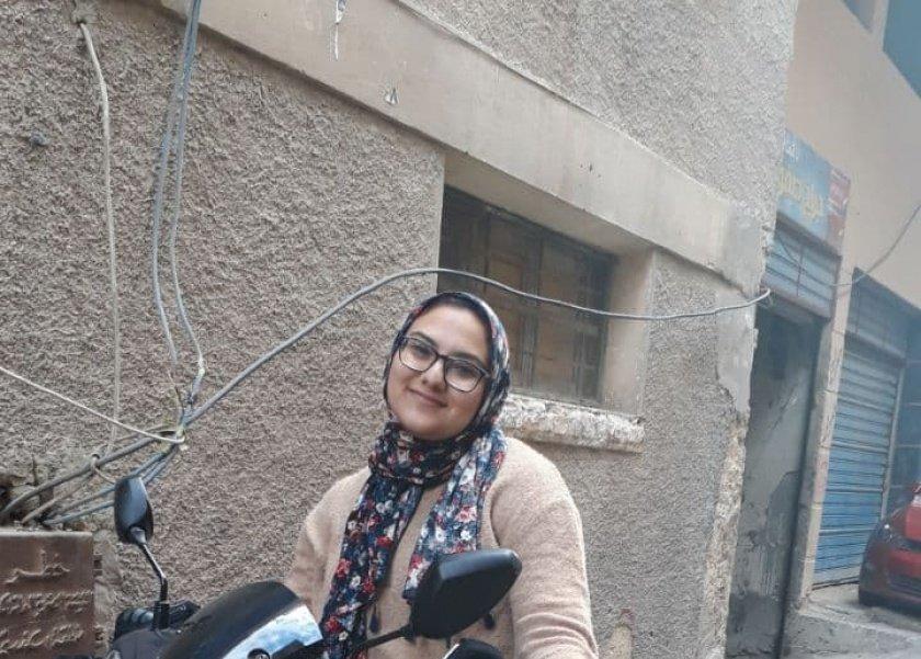 """«نور محمد» فتاة تعمل """"دليفري"""" على """"اسكوتر"""""""