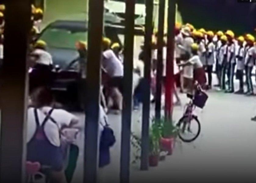 معلمة تدهس طلاب اسفل عجلات سيارتها