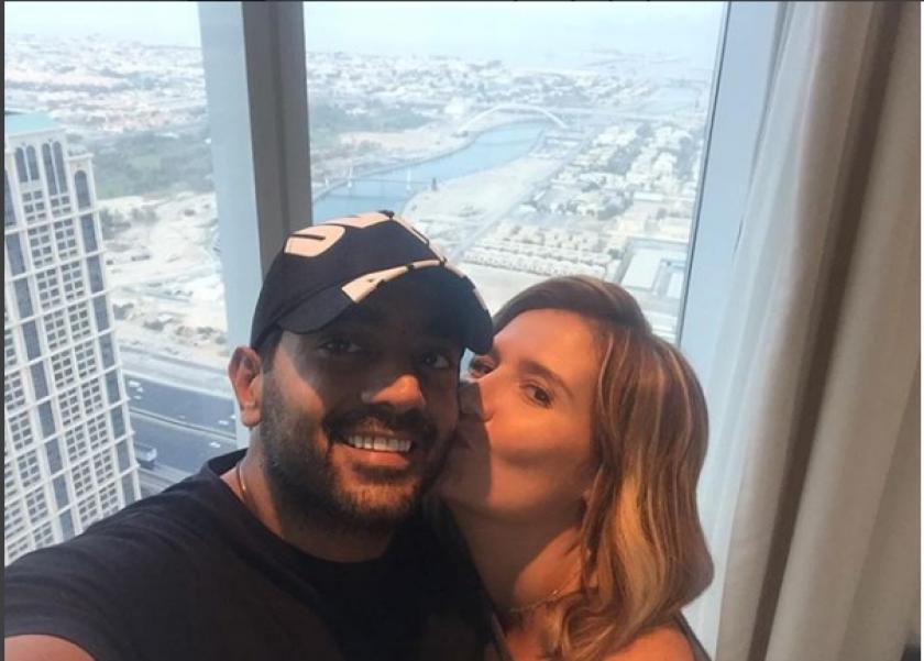هنا شيحة تقبل زوجها أحمد فلوكس أثناء سفرهما لقضاء شهر العسل