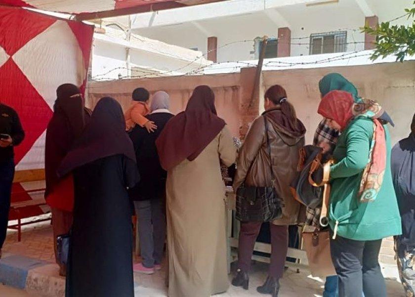 سيدات مطروح امام لجنة مدرسة السادات