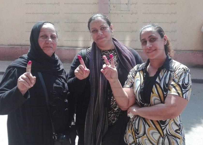 العجوز «عايدة» تصطحب ابنتيها للمشاركة في الإستفتاء: «دايما بنكون موجودين الأول عشان مصلحة عيالنا»