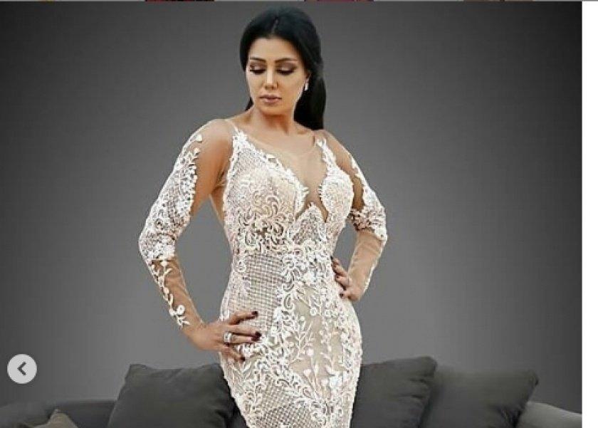96c466baf رانيا يوسف بفستان أبيض ومعلقون من غير بطانة أحلى - المرأة