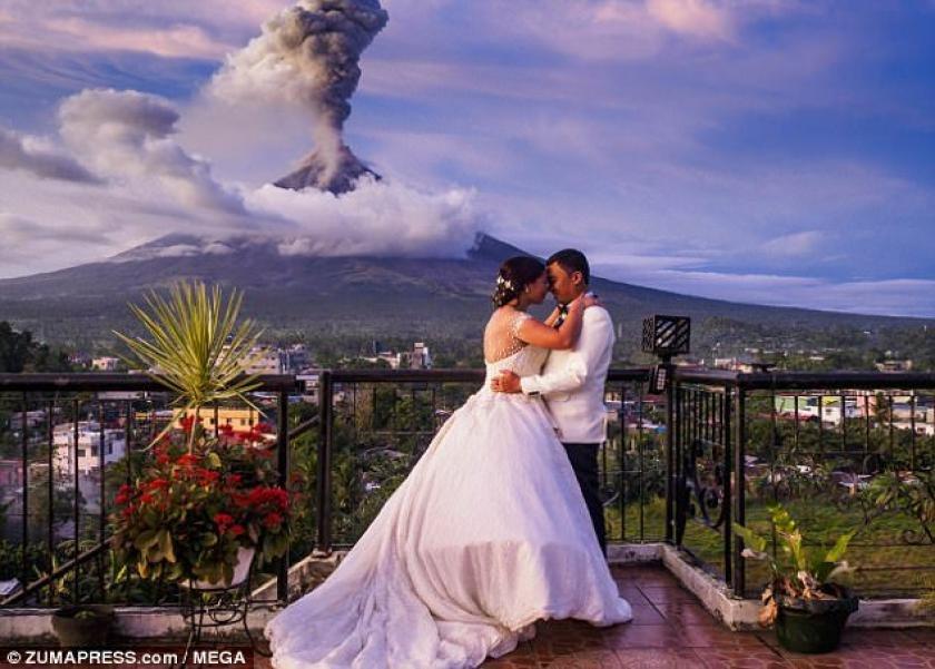 13bd3bc8c6996 بالصور رومانسية في وسط البركان عروسان يلتقطان صور زفافهما وسط انفجار ...