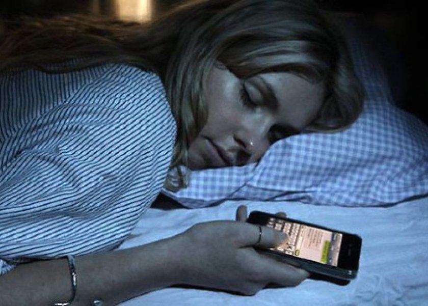 تجنب شحن الهاتف في غرفة النوم ليلا يؤثر على وظائف المخ