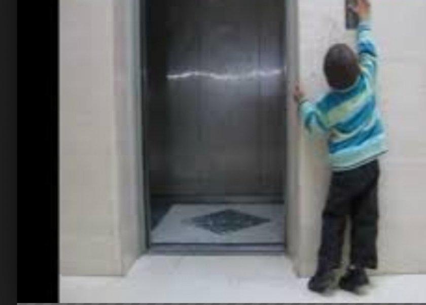 بالفيديو| طفلة تسقط بعنف داخل المصعد نتيجة لعبها برفقة شقيقها