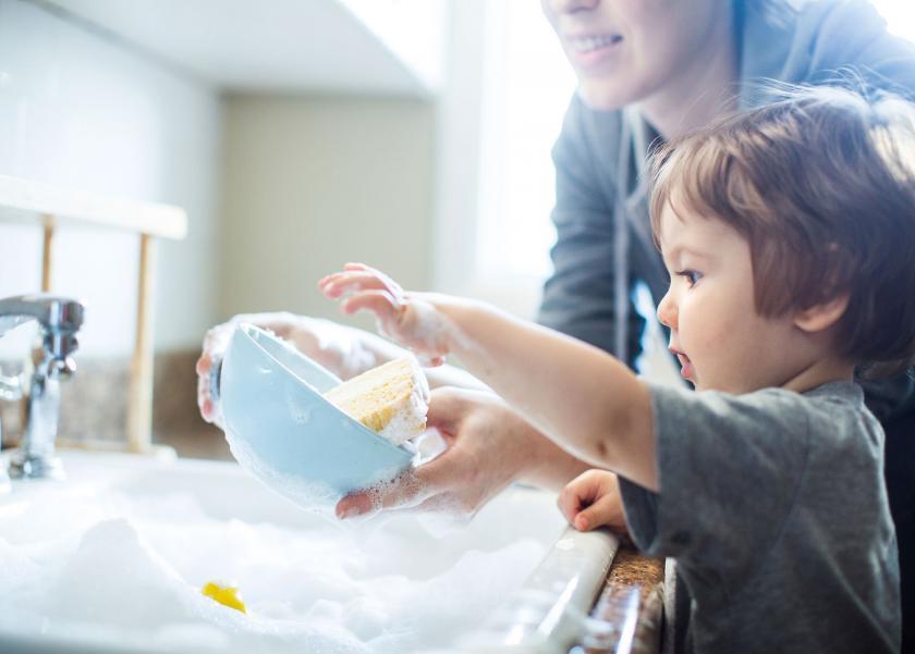 أفكار للاستمتاع مع أطفالك بتنظيف المنزل استعدادا للعيد