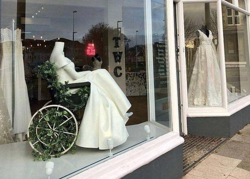 بالصور  متجر لبيع فساتين الزفاف يستعين بـ