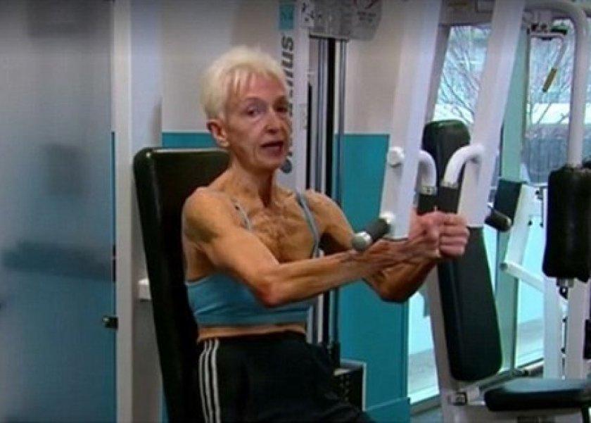 سيدة تمارس رياضة كمال الأجسام على الرغم من بلوغها 75 عامًا
