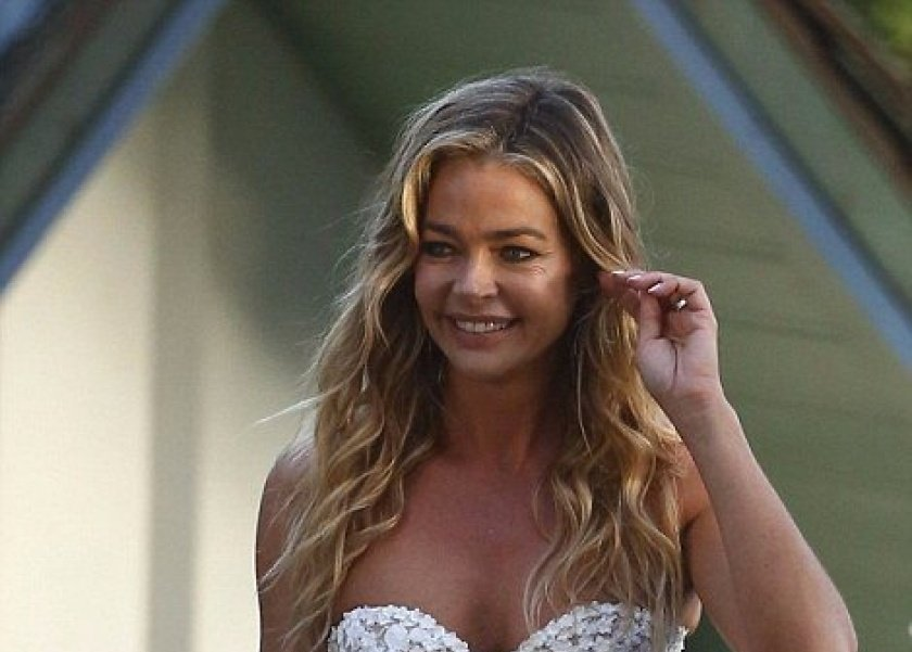 دينيس ريتشاردز  حافية القدمين  في حفل زفافها