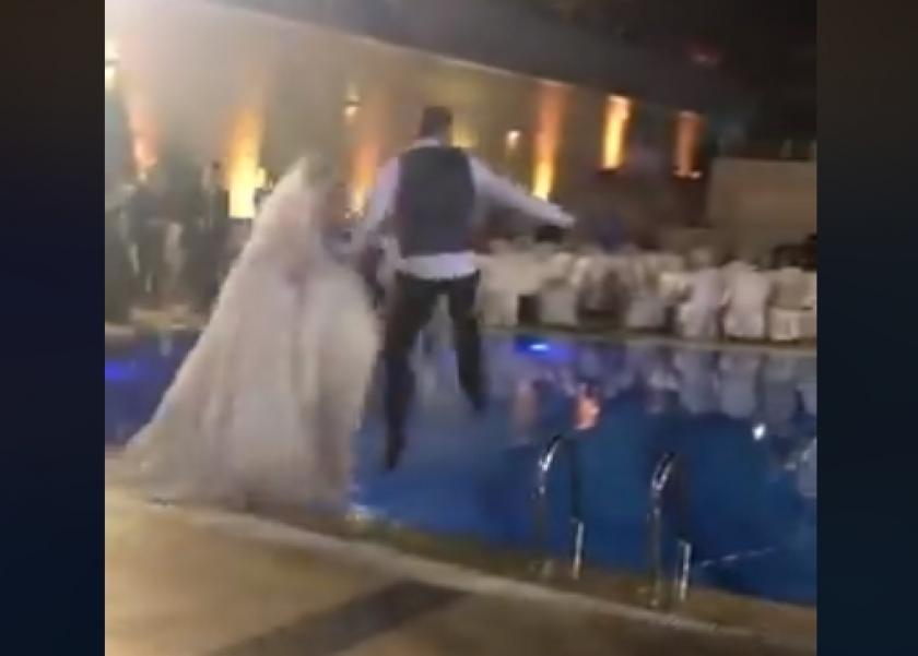 عروسان يخروجان عن المألوف ويحتفلان بزفافهما داخل