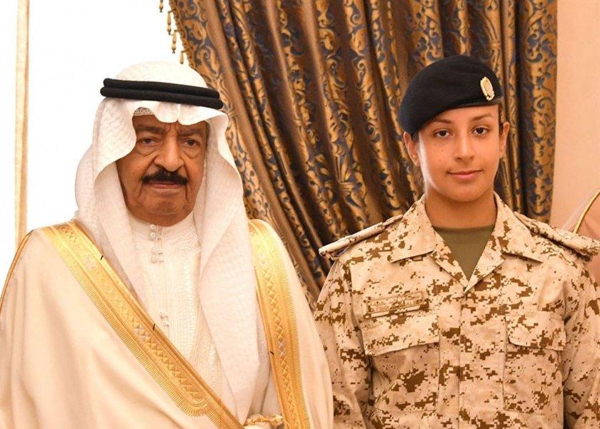 رئيس الوزراء الأمير خليفة بن سلمان آل خليفة وحفيدته الشيخة عائشة