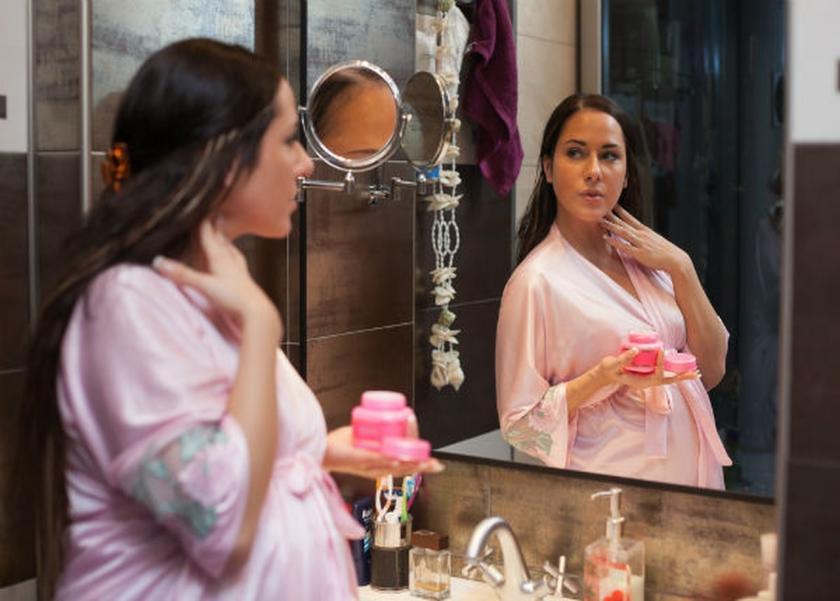 استشاري جلدية توضح المواد التجميلية التي يحذر استخدامها اثناء فترة الحمل