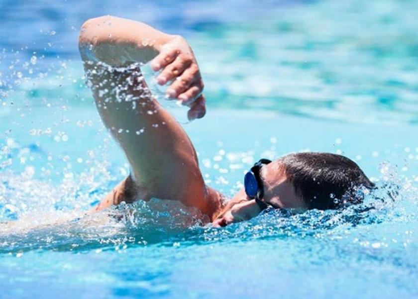كيف تحمي اذنك من البحر وحمام السباحة