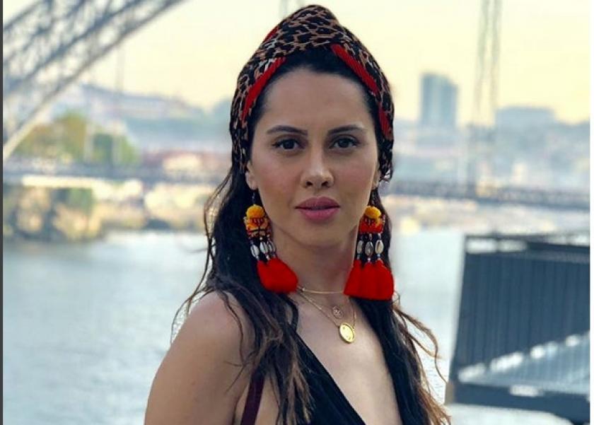 بالفيديو| ياسمين رئيس تنشر فيديو لها من أمام البحر مستمعة للمطربة
