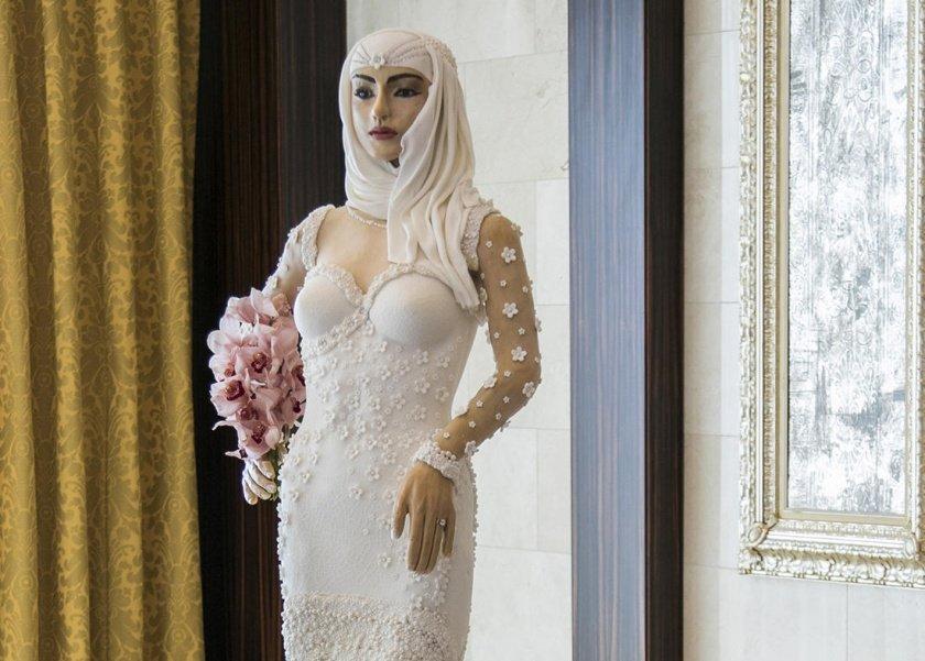 عروسة كربية قابلة للاكل فساتنها مزين بالماس واللؤلؤ