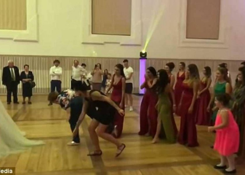 موقف محرج تتعرض له امرأة في حفل زفاف
